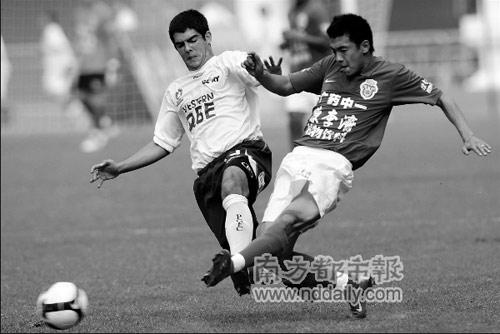 徐亮(右)本场独进两球,成为广药获胜的第一功臣。本报记者张志韬摄