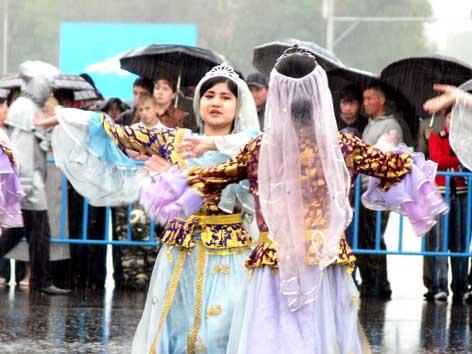 图文:载歌载舞的阿拉木图市民