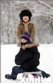 图文:阿拉木图居民楼前 孩子们在雪地上玩耍