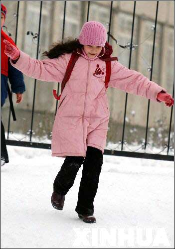 图文:阿拉木图刚放学小女孩兴冲冲地跑出学校