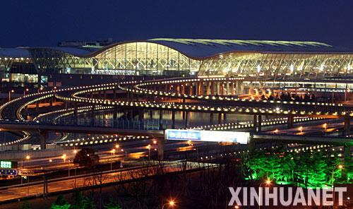 3月7日晚,上海浦东机场扩建工程第二航站楼试灯成功。新华社发