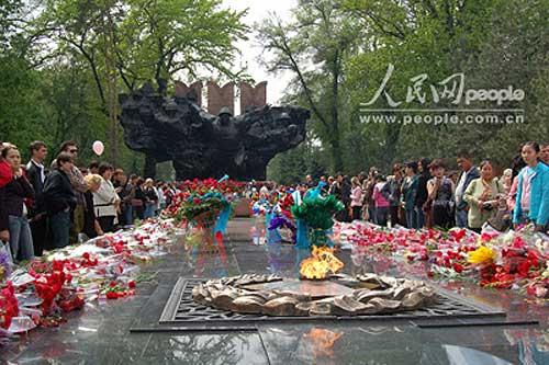 图文:人们向潘菲洛夫师28位烈士群像敬献鲜花