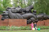 图文:可爱哈萨克族小孩在烈士雕像旁拍照留念