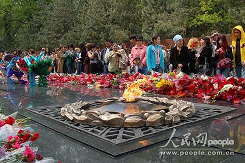图文:烈士雕像前的长明火永远跳动