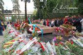 图文:28烈士公园纪念碑前堆满了红色鲜花