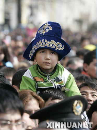 图文:男孩在阿拉木图参加纳乌鲁斯节庆祝活动