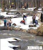 组图:冷水浴 几名当地市民在入水前做准备工作