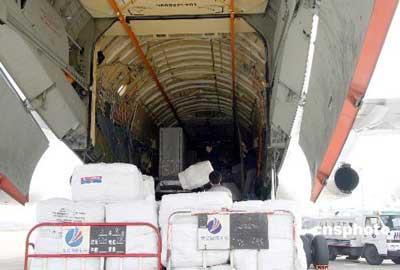 3月9日,俄罗斯联邦政府向湖南灾区捐赠了数千床棉毯和六台发电机。这是湖南遭遇冰雪灾害后第一批由外国政府直接向该省捐赠的救灾物资。当日下午1时许,这些救灾物资由俄罗斯专机直接从莫斯科运抵长沙黄花机场。图为机场员工正在卸运物资。中新社发邓霞摄