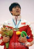 图文:颁奖仪式奏响他国国歌 刘翔一脸迷茫