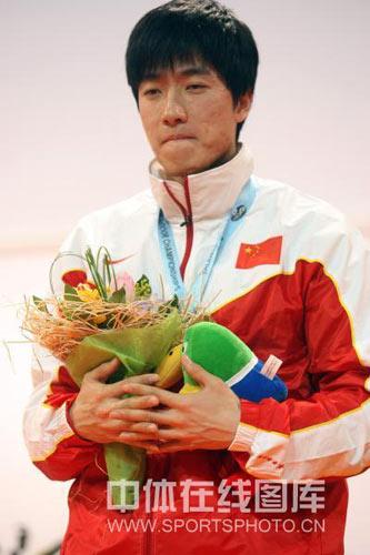 图文:颁奖仪式奏响他国国歌 刘翔在想什么