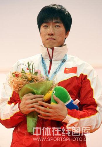 图文:颁奖仪式奏响他国国歌 刘翔快要睡着了