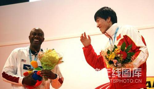 图文:颁奖仪式奏响他国国歌 台上笑成一团