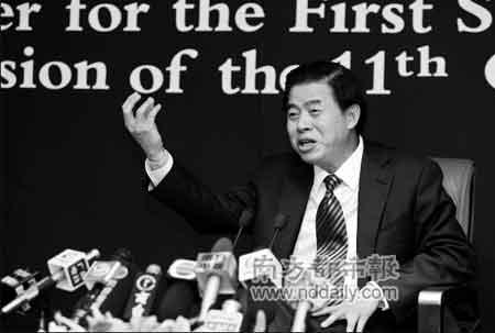 昨天,100余名中外记者参加了新闻发布会。在介绍广东今年将实施的一系列民生利好政策时,黄华华如数家珍。  本报记者 陈志刚 摄