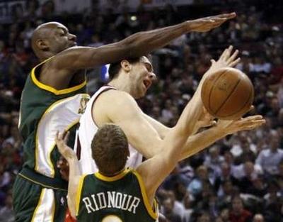 图文:[NBA]猛龙胜超音速 巴格纳尼遭封盖
