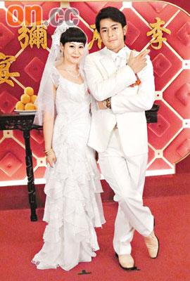 刘若英与古天乐的新婚造型,怀旧又好笑