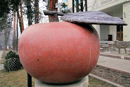 阿拉木图市内的苹果雕塑