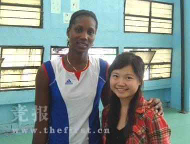 王殊瑾与古巴女排运动员在一起。
