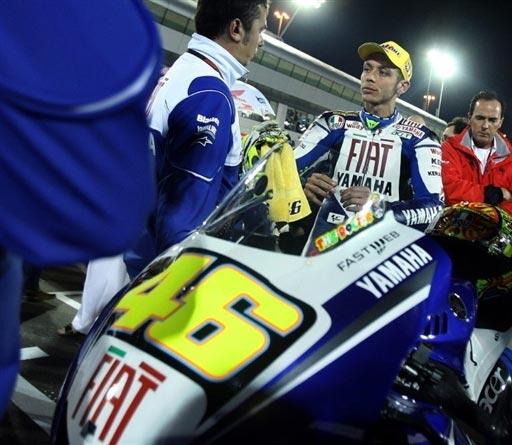 图文:MotoGP卡塔尔大奖赛 罗西与车队交流