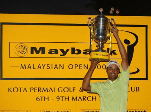 图文:马兰西亚公开赛决赛轮 阿特瓦尔高举奖杯