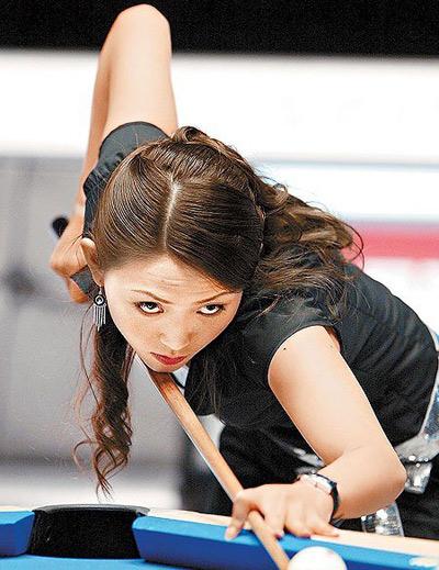 图文:台北九球美女张舒涵 美女认真瞄准