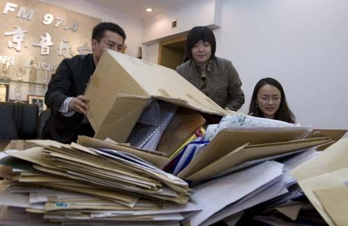 截至当日收到的作品堆满了桌子