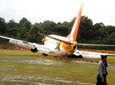 印尼一架客机降落时冲出跑道