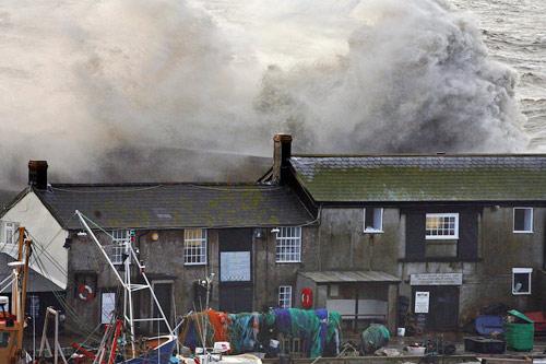 3月10日,英国莱姆里吉斯遭遇强暴风雨袭击。