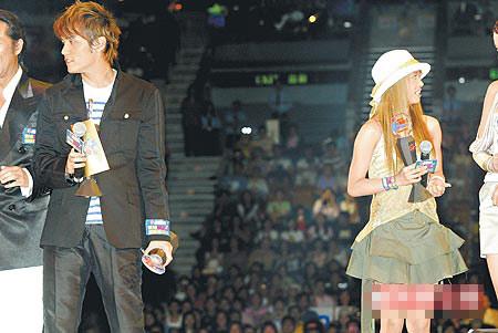 """周杰伦(左)跟Jolin 2003年出席香港""""新城国语颁奖礼"""",两人如今渐行渐远。"""