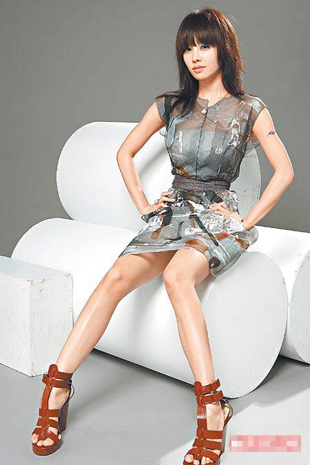 她穿Dolce & Gabbana洋装,戴GOLAY珍珠像个时尚女王