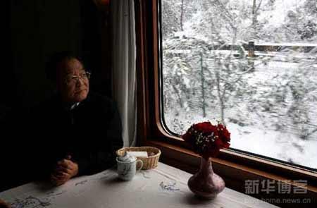 2月2日,温家宝从长沙紧急赶往郴州重灾区。在火车上,他望着窗外的冰雪。新华社记者姚大伟摄