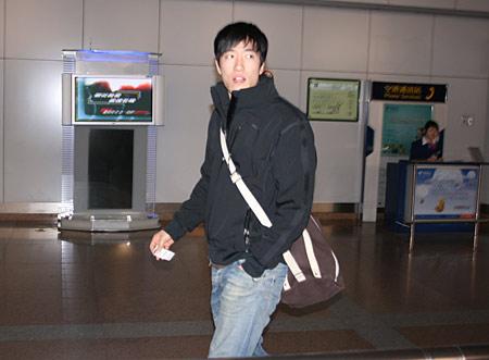 图文:刘翔低调回国瞒天过海 大步流星回头