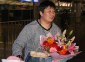 图文:刘翔低调回国瞒天过海 李梅菊手捧鲜花