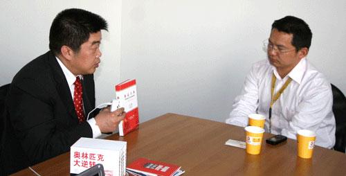 华旗资讯总裁冯军(左)做客搜狐IT绿色选择第一访谈,主持人阳光(右)