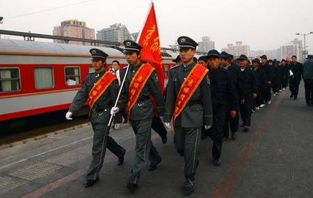 2008年3月11日,经过一夜的旅途奔波,来自吉林省首批服务奥运的保安当日诋京。来源:国新图库