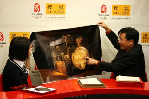图文:赵晓凯为网友介绍奥运三宝之一 奥运药箱