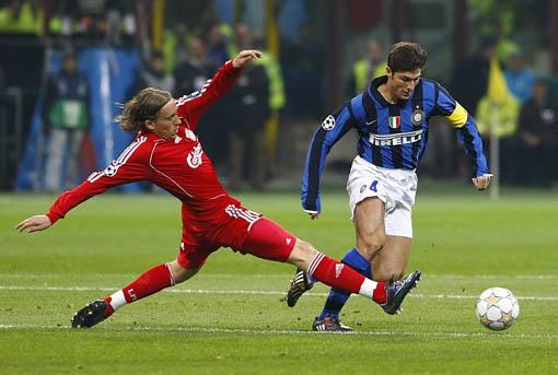 图文:[欧冠]国际米兰0-1利物浦 萨队带球