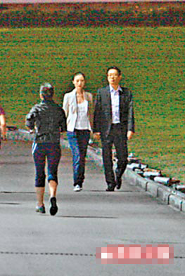 李嘉欣和许晋亨前晚饭后手拖手漫步跑马地马场内的小径,享受片刻温馨浪漫