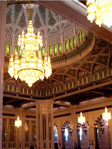 主祈祷厅内巨型水晶吊灯