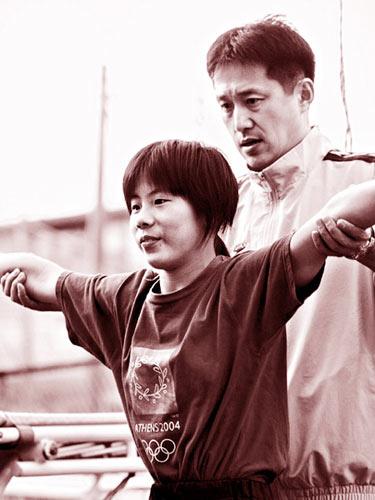 马渊崇英教练(右)。直到10年前将国籍从中国换成日本之前,他的名字一直是苏薇