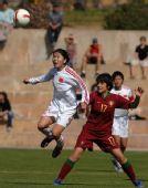 图文:[阿杯]女足6-5葡萄牙 岳敏与对手争顶