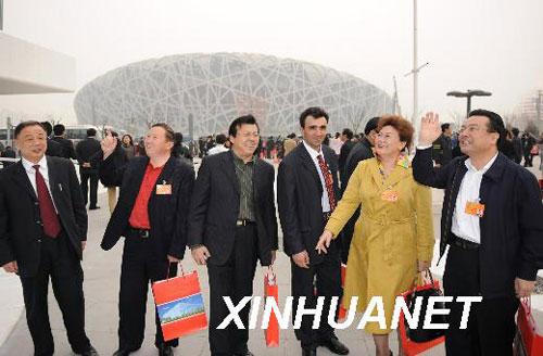 委员们在国家体育场和国家游泳馆外参观。 新华社记者黄敬文摄