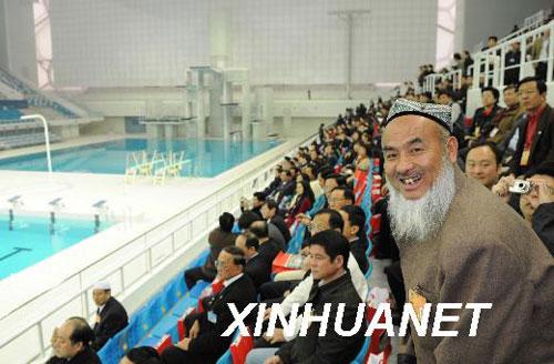 白克力·马木提委员(前右,维吾尔族)在国家游泳馆内参观。 新华社记者黄敬文摄