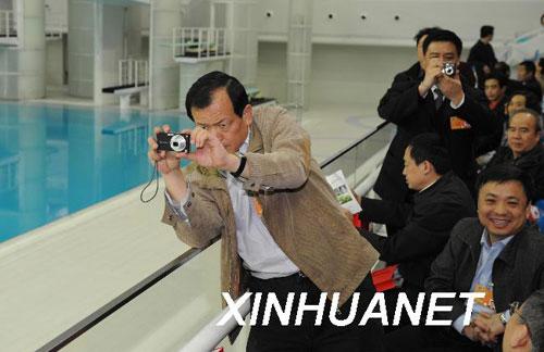 委员们在国家游泳馆内参观。 新华社记者黄敬文摄