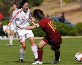 图文:[阿杯]女足6-5葡萄牙 张�b带球突破