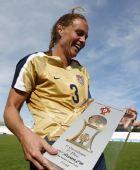 图文:[阿杯]美国2-1丹麦卫冕 拉姆波恩手捧奖杯