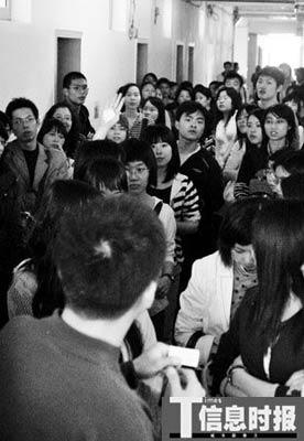 """前日下午,在广州大学""""中小学教师资格培训班""""报名点,学生挤爆现场。摄影 时报记者 萧嘉宁"""