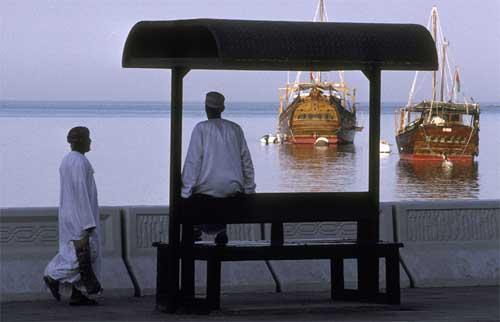 马斯喀特港停泊的帆船