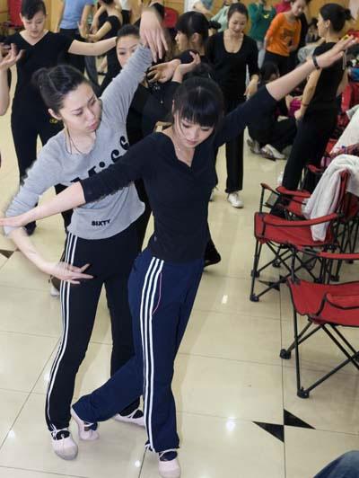 练习间隙,大话相互纠正舞蹈