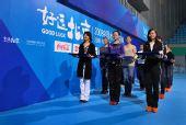 图文:好运北京水球公开赛在即 礼仪小姐在训练