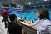 图文:好运北京水球公开赛在即 调试电子设备